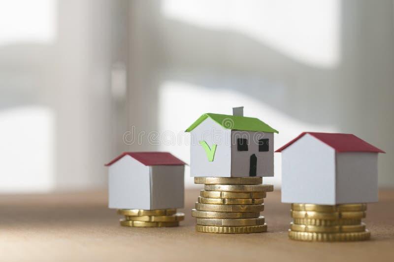 Casas de papel em pilhas da moeda: hipoteca e conceito aprovado do empréstimo imagem de stock