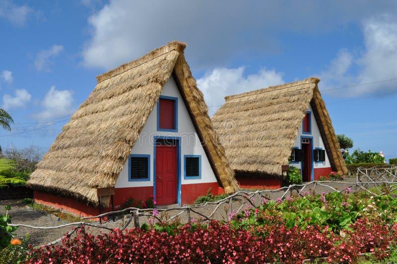 Casas de pedra cobridas com sapê tradicionais em Santa Ana, Madeira imagens de stock