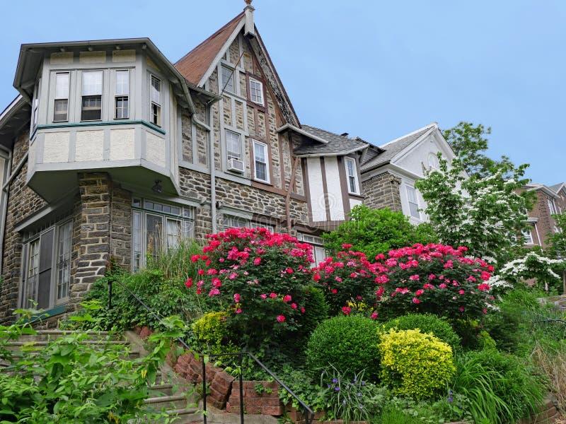 Casas de pedra do estilo de Tudor com front?es e os jardins dianteiros do montanh?s lux?ria foto de stock