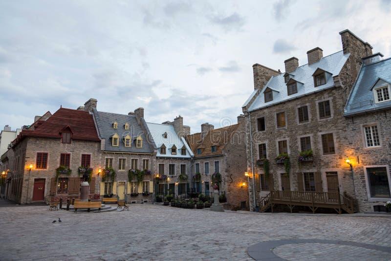 Casas de pedra patrimoniais do século XVII com metal lançado ou os telhados shingled foto de stock royalty free