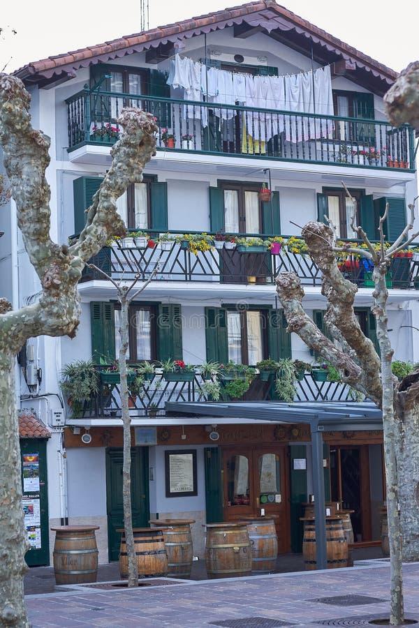 Casas de pesca t?picas em Hondarribia, uma cidade em Gipuzkoa, pa?s Basque, Espanha, perto da beira francesa foto de stock royalty free