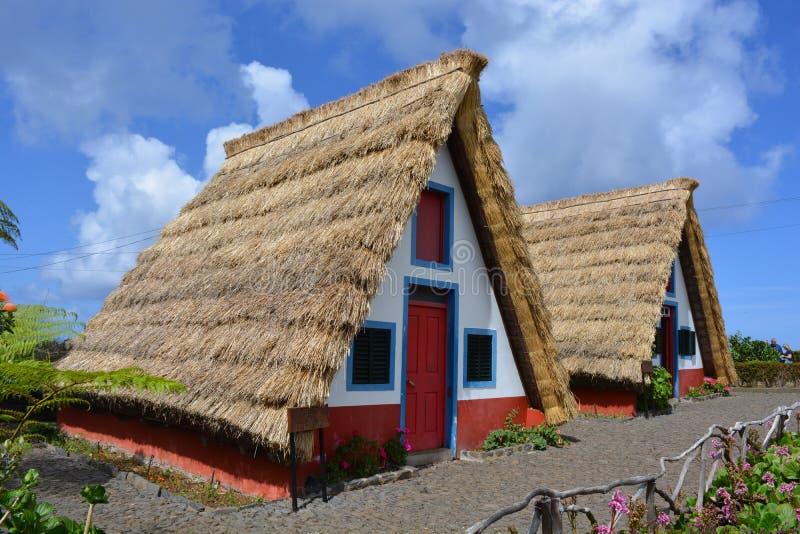 Casas de piedra cubiertas con paja tradicionales en Santa Ana, Madeira fotografía de archivo libre de regalías