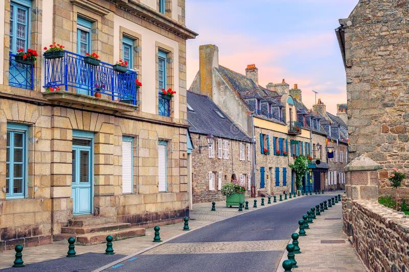 Casas de piedra en una calle en Roscoff, Bretaña, Francia fotos de archivo
