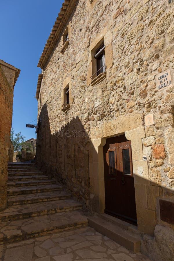 Casas de piedra viejas hermosas en pueblo antiguo español, Pals, en Costa Brava fotos de archivo