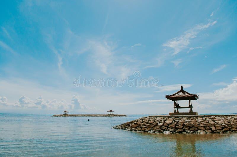 Casas de planta baja en la playa de Sanur imagen de archivo