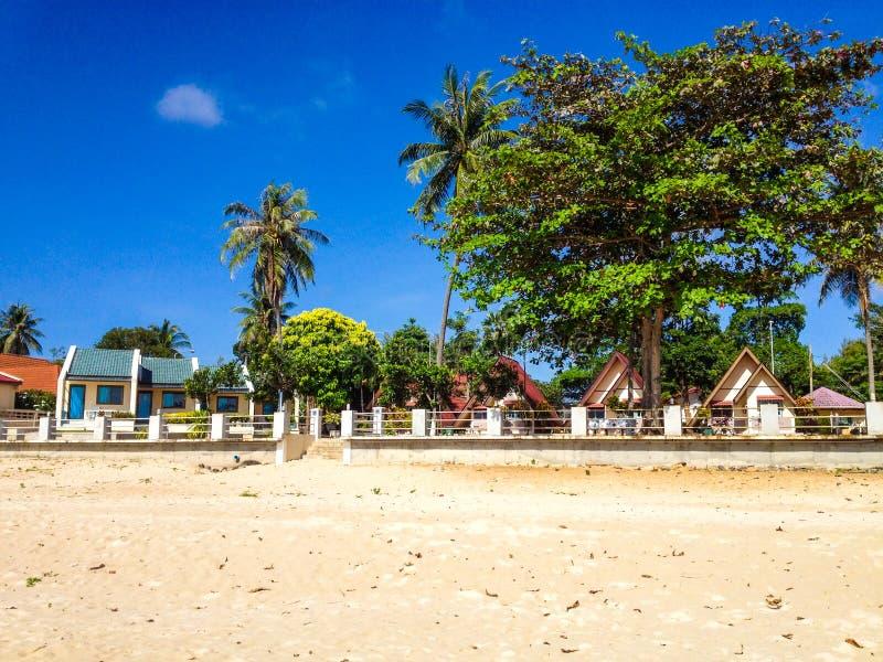 Casas de planta baja tropicales en la playa imagenes de archivo