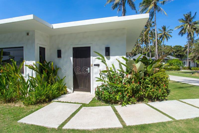 Casas de planta baja tropicales hermosas del centro turístico fotografía de archivo libre de regalías