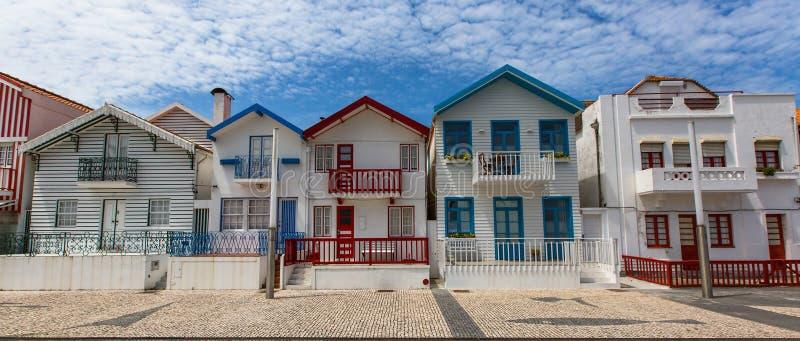 Casas de playa con la pintura coloreada rayada en Costa Nova foto de archivo libre de regalías