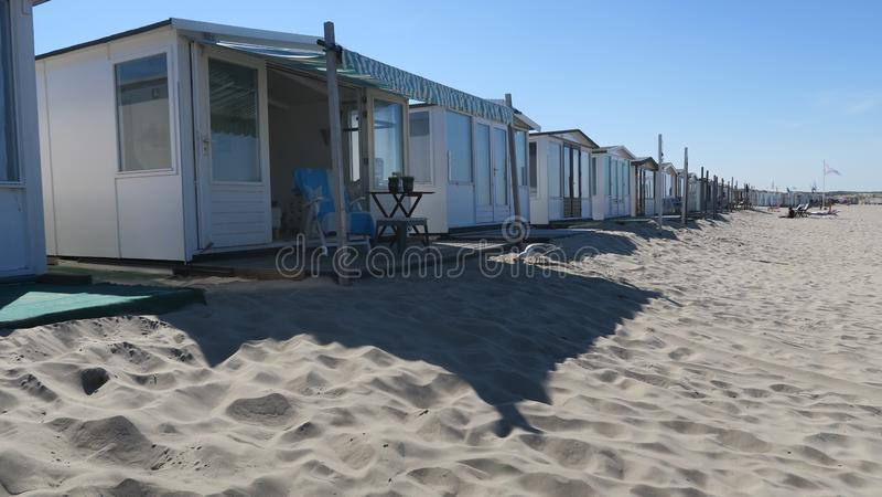 Casas de playa en las vacaciones del mar imagen de archivo