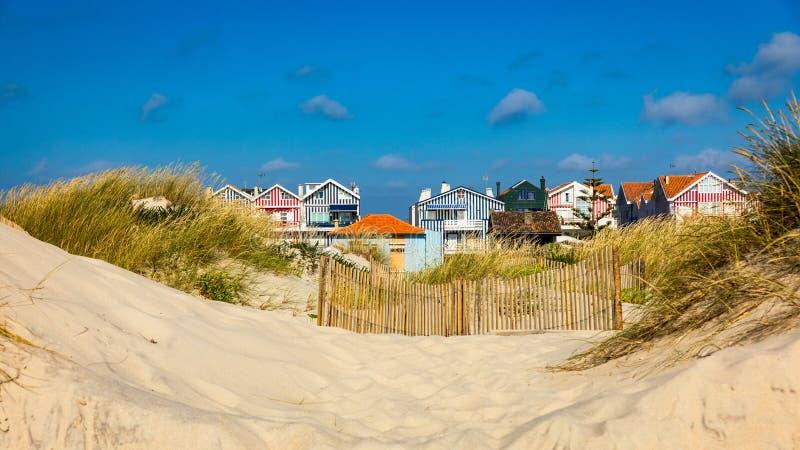 Casas de playa id?licas y pintorescas vistas de las dunas de la playa Casas de playa con las rayas coloridas de Costa Nova, Aveir imagen de archivo libre de regalías