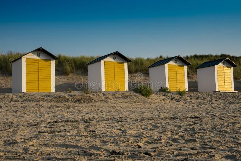 Casas de praia amarelas brancas nas dunas do mau de Cadzand, os Países Baixos fotos de stock