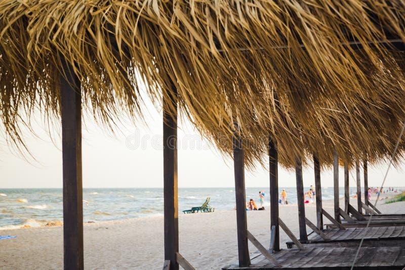 Casas de praia do verão em uma praia abandonada imagens de stock royalty free