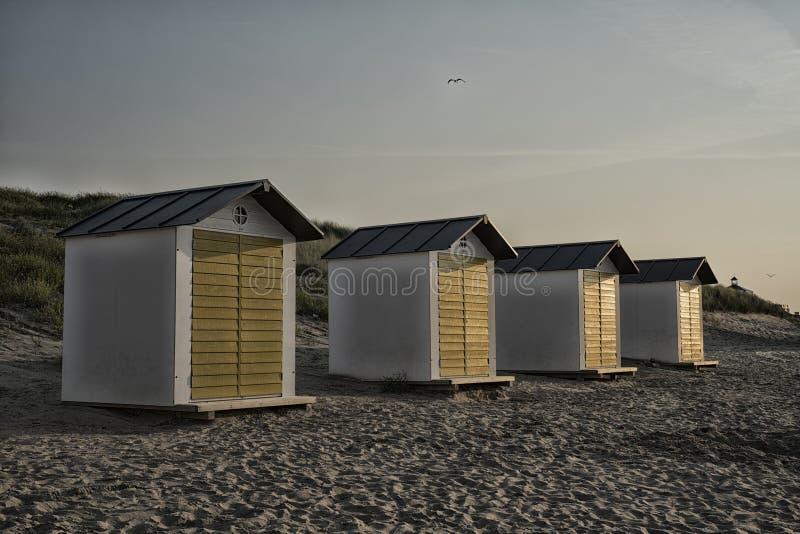 Casas de praia nas dunas do mau de Cadzand, os Países Baixos imagem de stock