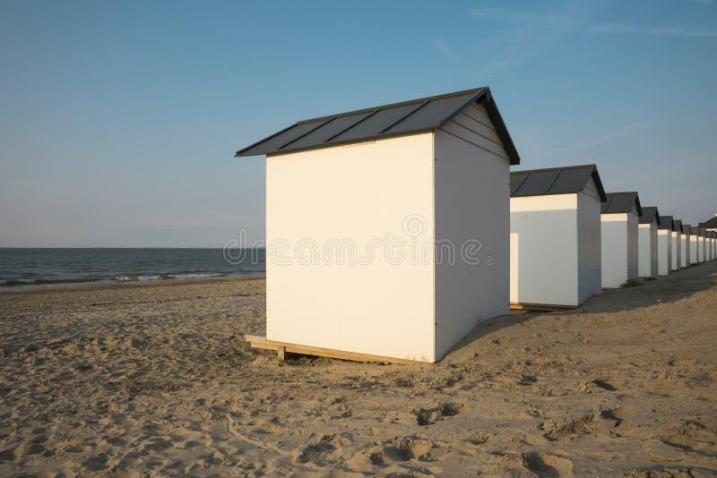 Casas de praia nas dunas do mau de Cadzand, os Países Baixos foto de stock