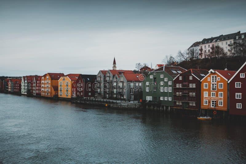 Casas de Strondheim en el río imagen de archivo libre de regalías