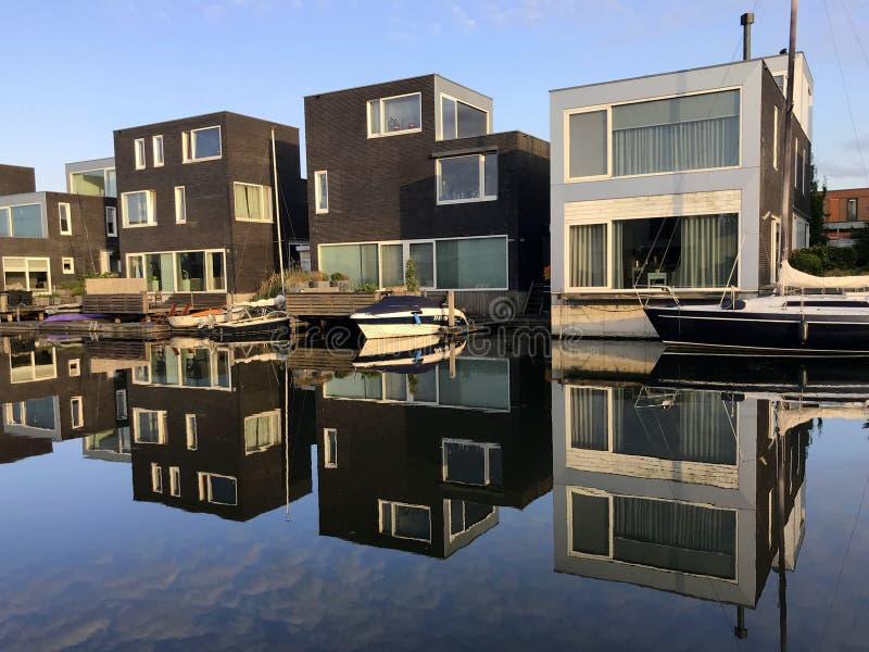 Casas de Utch en de waterside en la ciudad de Almere imagen de archivo libre de regalías