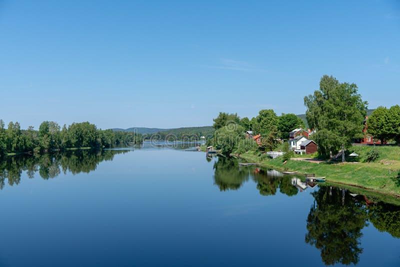 Casas de verano por el río fotos de archivo libres de regalías