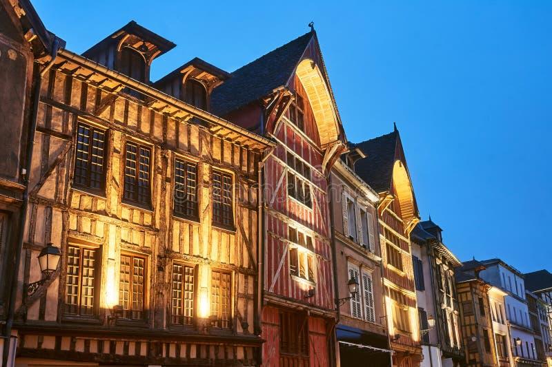 Casas de vivienda en la ciudad vieja de Troyes en la noche foto de archivo