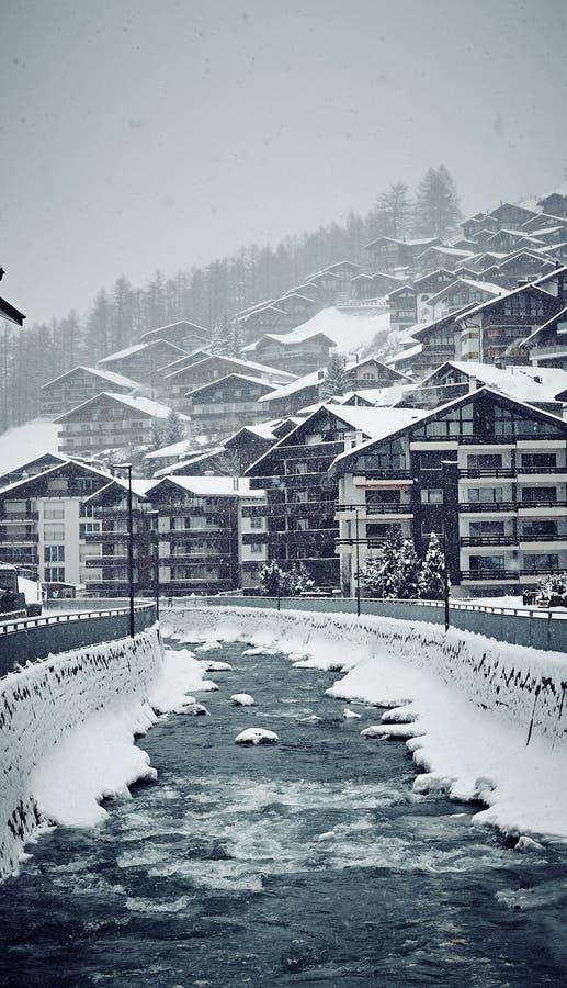 Casas de Zermatt del invierno y el r?o foto de archivo libre de regalías