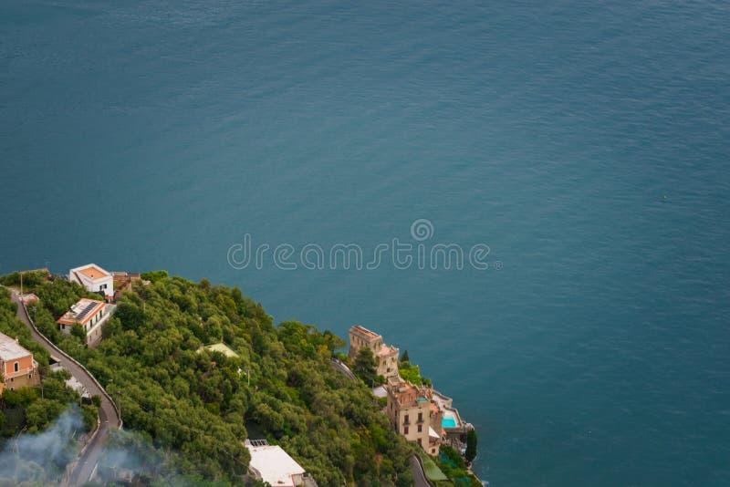 Casas debajo de la terraza del dell 'Infinito, chalet Cimbrone, pueblo de Ravello, costa del infinito o de Terrazza de Amalfi de  imagen de archivo libre de regalías