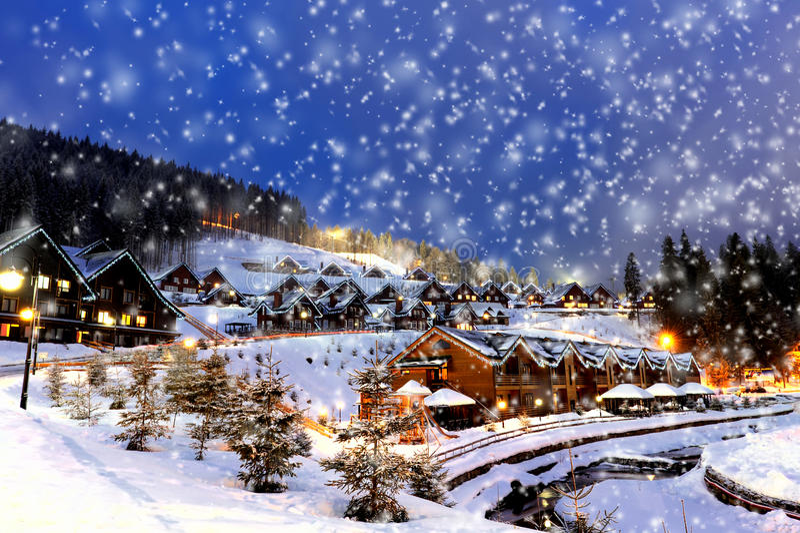 Casas decoradas e iluminadas para o Natal imagens de stock
