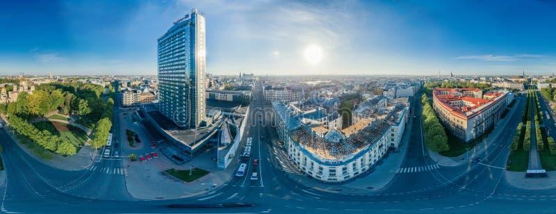 Casas del centro de ciudad del planeta de la esfera en la ciudad de Riga, hotel, imagen del abejón de Letonia 360 VR para la real fotos de archivo libres de regalías