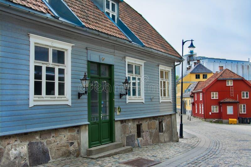 Casas del color en el musgo, Noruega imagen de archivo libre de regalías