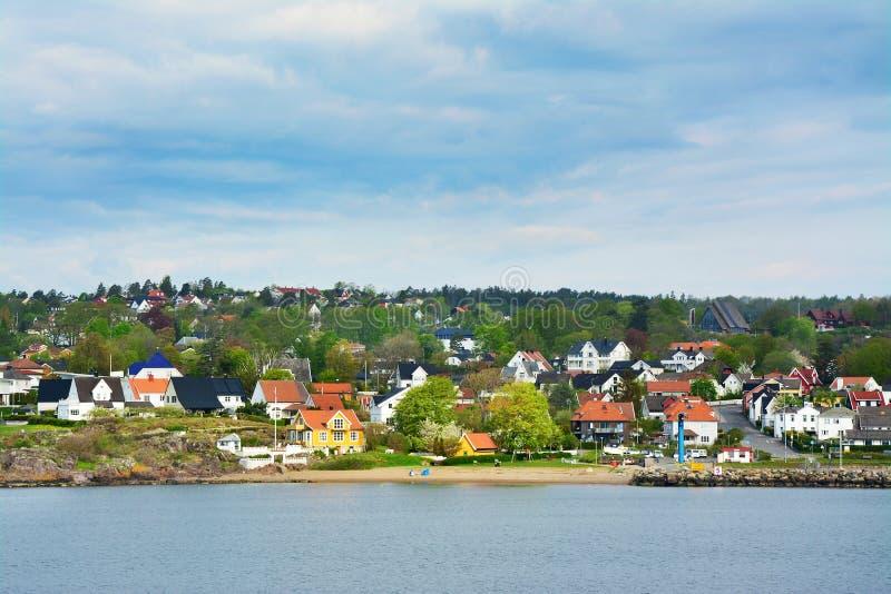 Casas del color en el musgo, Noruega foto de archivo libre de regalías