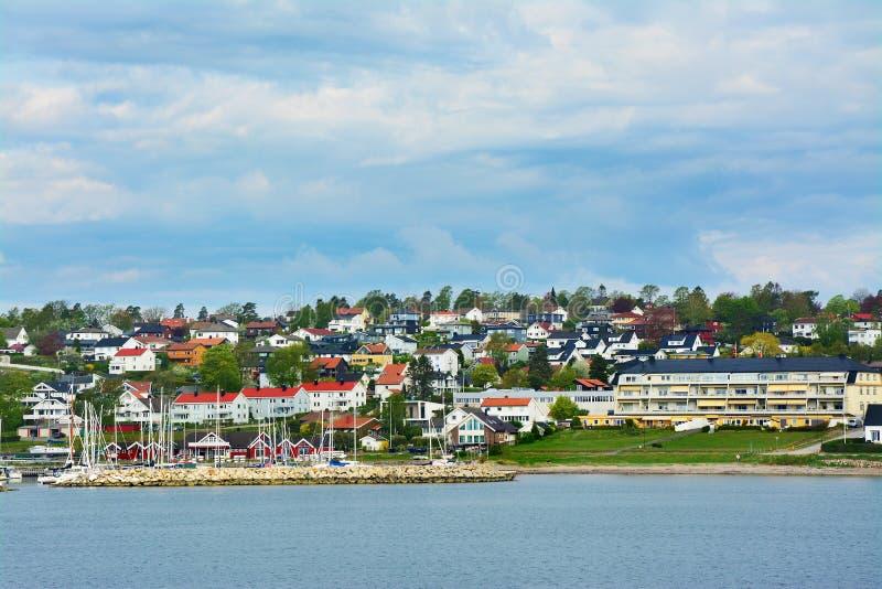 Casas del color en el musgo, Noruega fotos de archivo libres de regalías