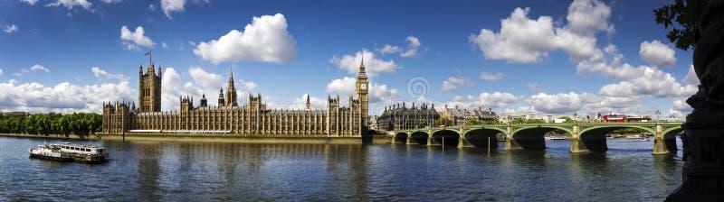 Casas del panorama del parlamento imagen de archivo