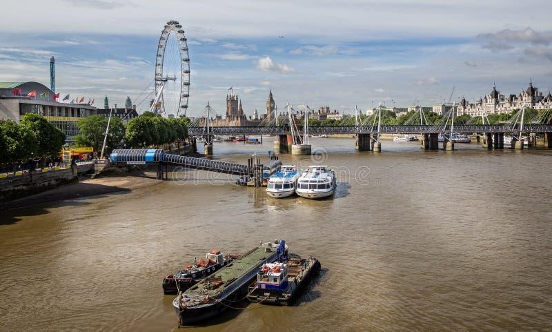 Casas del parlamento, Hungerford y puentes de oro del jubileo y London Eye del puente de Waterloo, Londres, Reino Unido imagenes de archivo