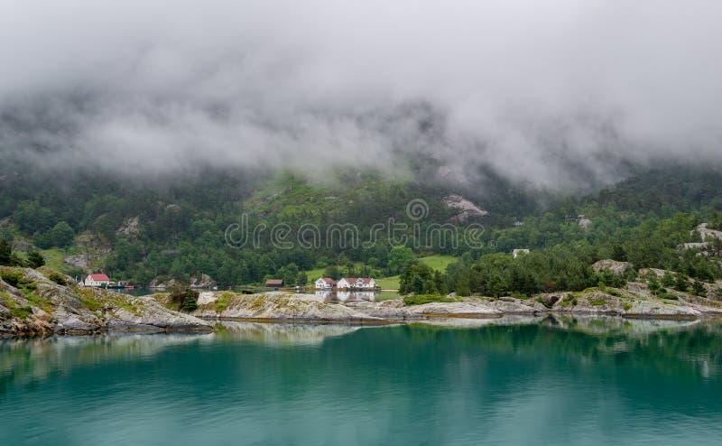 Casas del pueblo noruego en el fjord& x27; orillas de s foto de archivo