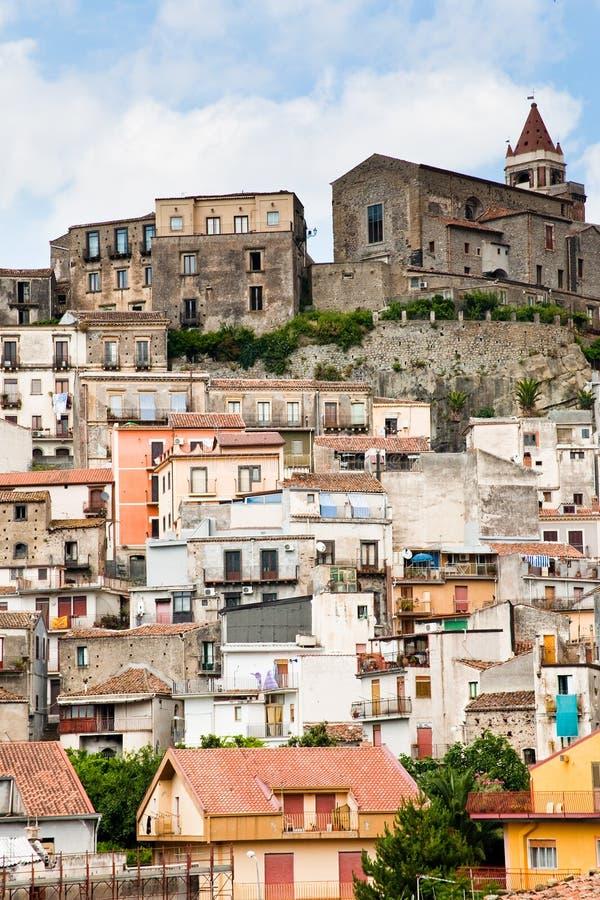 Casas densas na cidade siciliano antiga da montanha imagens de stock