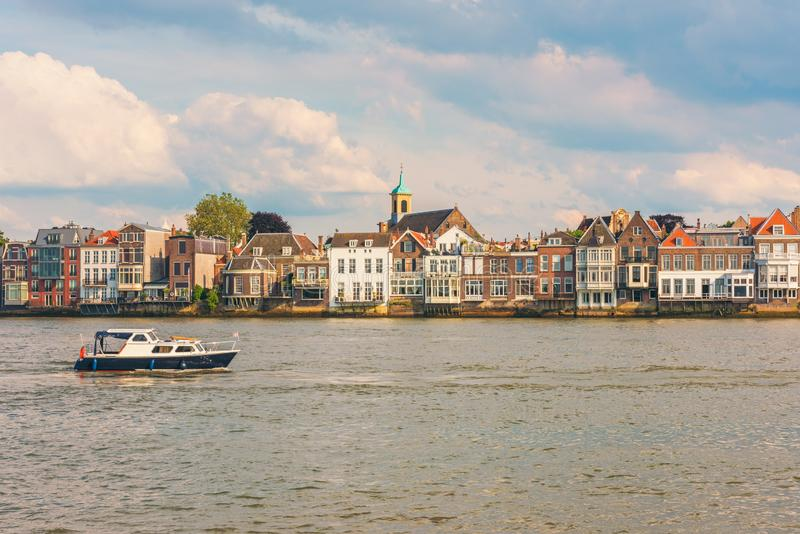 Casas do beira-rio em Dordrecht Países Baixos imagem de stock royalty free