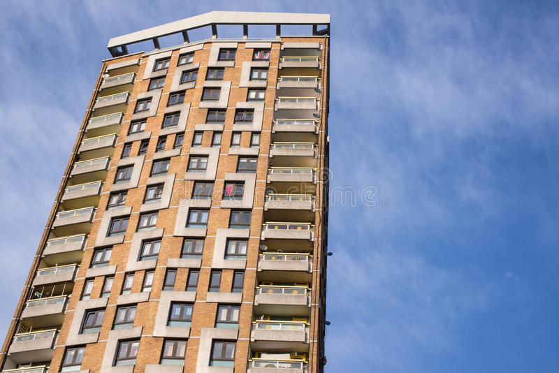 Casas do Conselho em um arranha-céus grande em Londres fotografia de stock