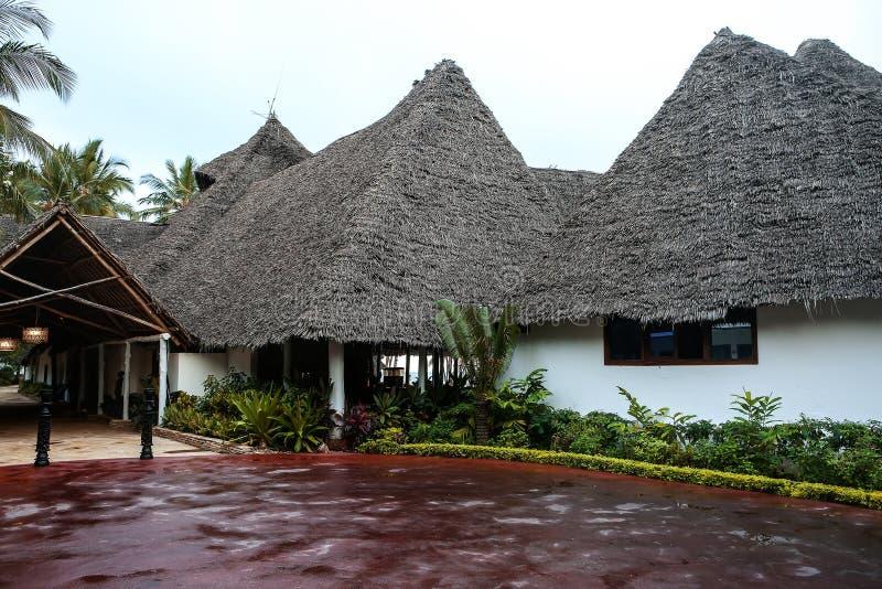 Casas do feriado com as palmeiras nos trópicos País morno para t imagem de stock
