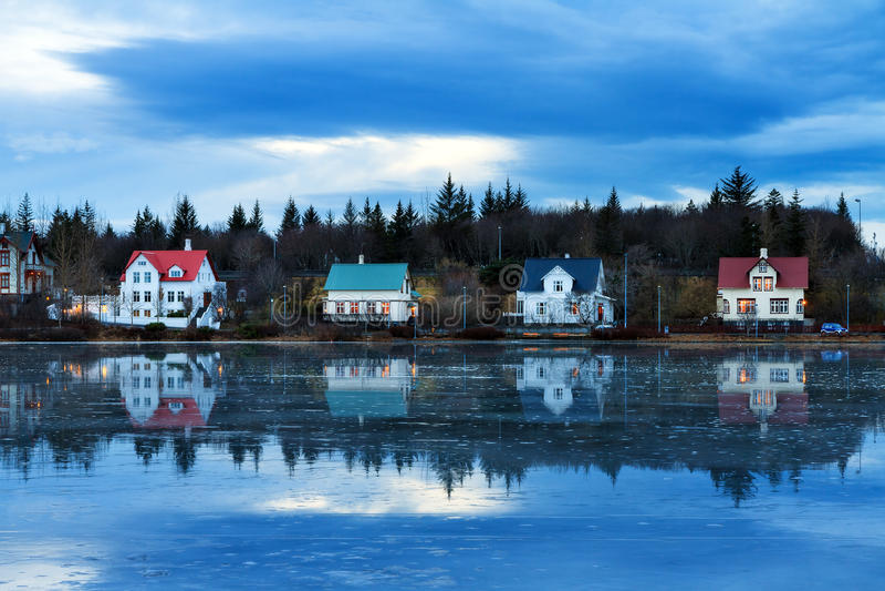 Casas do lago Reykjavik imagens de stock royalty free