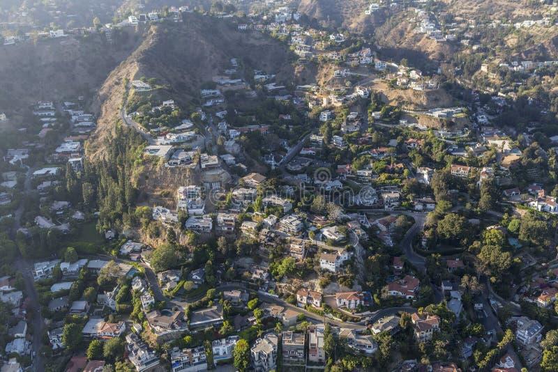 Casas do montanhês e antena da poluição atmosférica no Hollywood Hills imagem de stock