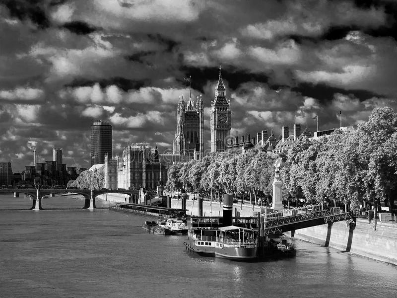 Casas do parlamento em Londres no IR imagem de stock