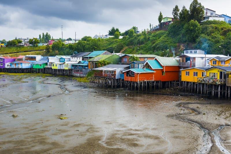 Casas do pernas de pau em Castro, ilha de Chiloe (o Chile) imagens de stock royalty free