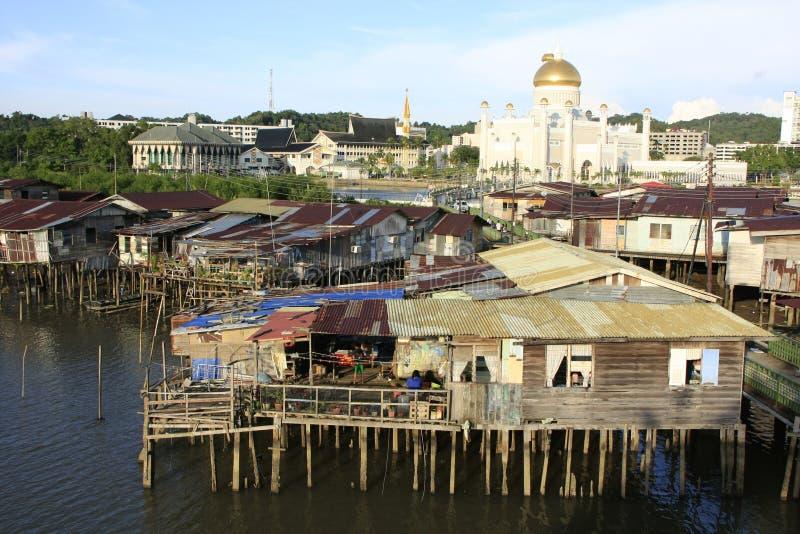 Casas do Stilt do Kampong Ayer e da sultão Omar Ali S fotos de stock