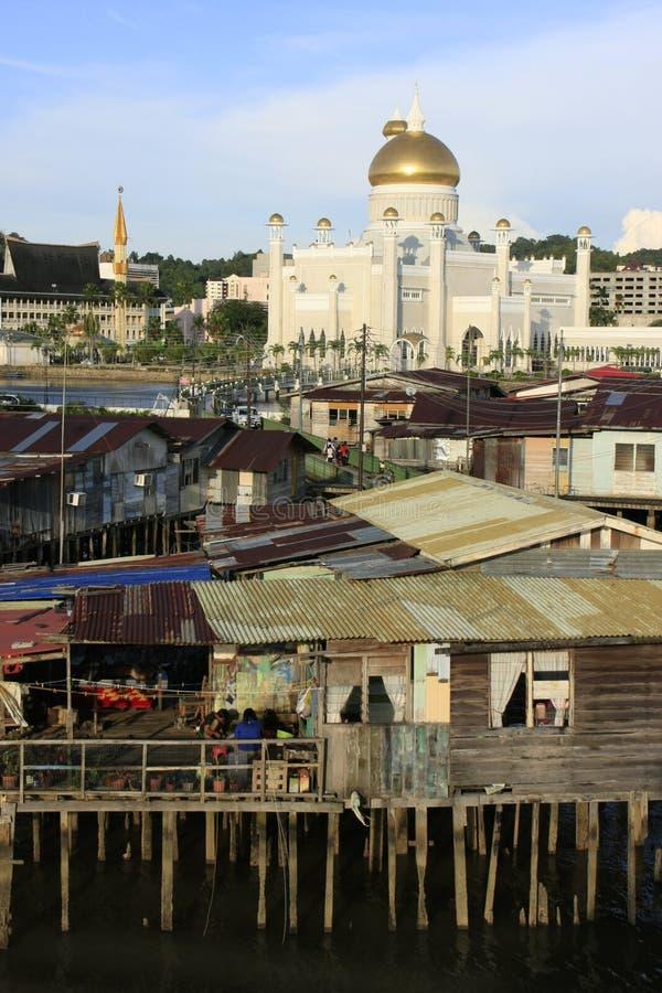 Casas do Stilt do Kampong Ayer e da sultão Omar Ali S fotografia de stock