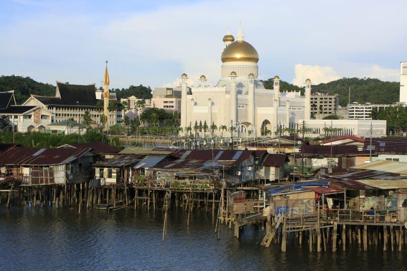 Casas do Stilt do Kampong Ayer e da sultão Omar Ali S foto de stock