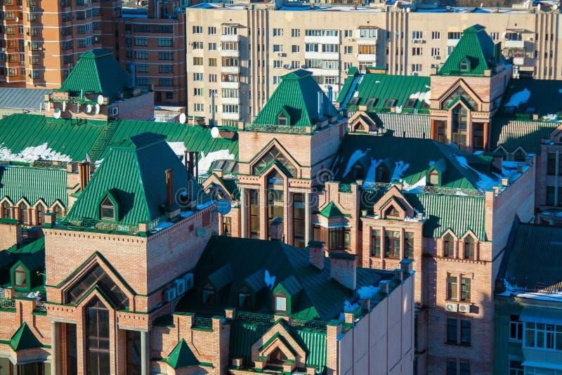 Casas do tijolo com os telhados repicados verdes, arquitetura moderna, citys foto de stock royalty free