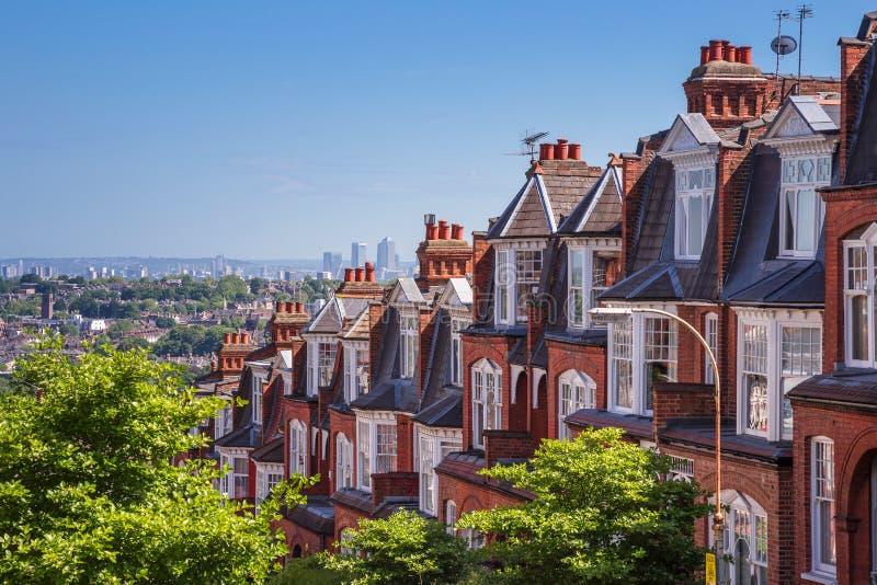 Casas do tijolo do monte de Muswell e panorama de Londres com Canary Wharf, Londres, Reino Unido imagem de stock