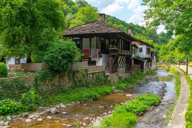 Casas dos artesões na reserva natural de Etera em Bulgária fotos de stock royalty free