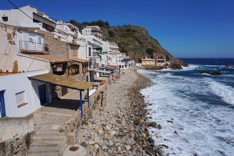 Casas dos pescadores da Espanha ao longo da costa em Palamos foto de stock royalty free