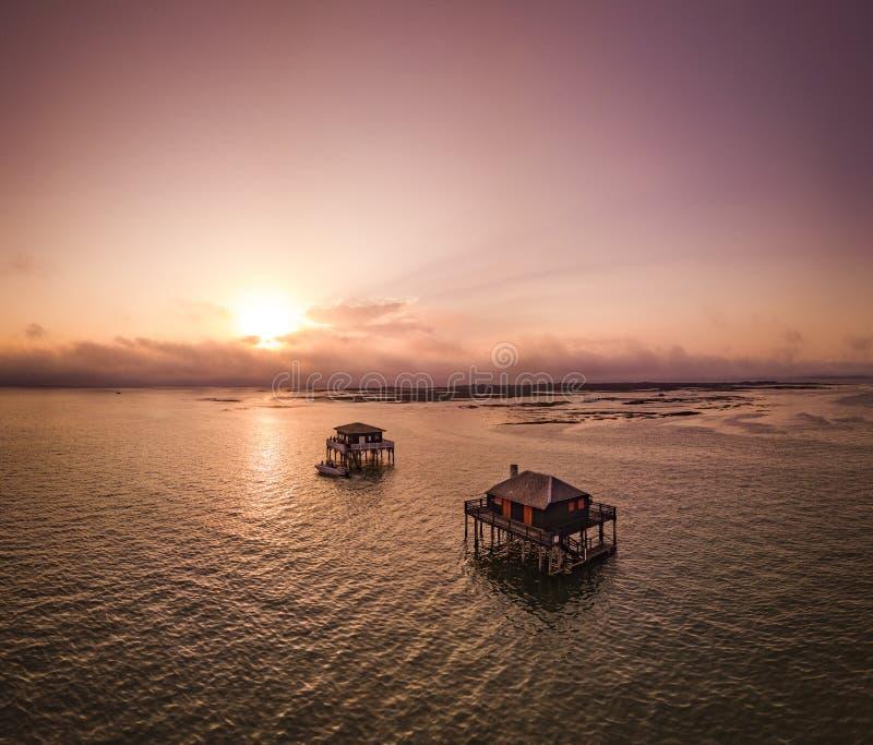 Casas dos pescadores em Bassin Arcachon, Cabanes Tchanquees, vista aérea, França imagem de stock royalty free