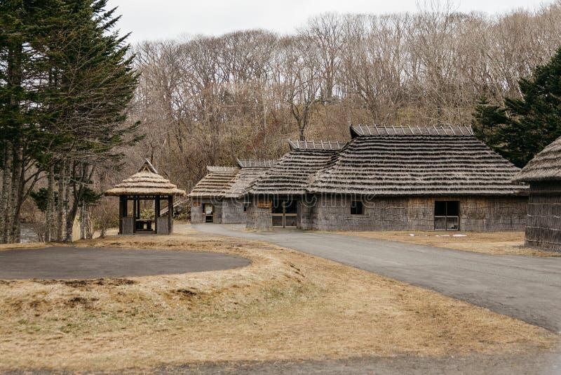 Casas dos povos do museu Ainu da vila de Shiraoi no Hokkaido, Japão imagens de stock