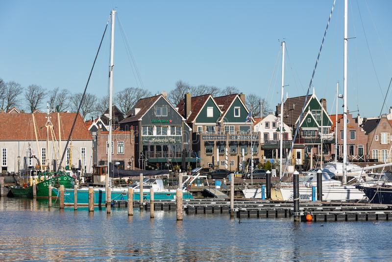 Casas e aldeia piscatória histórica Urk do porto nos Países Baixos fotografia de stock royalty free